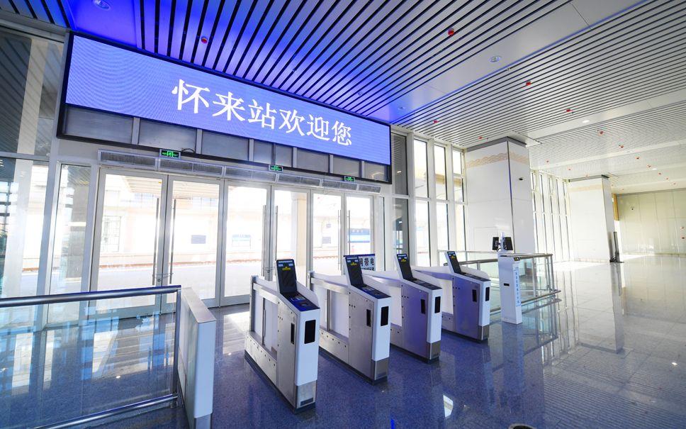 怀来站的智能刷脸闸机。北京铁路局供图