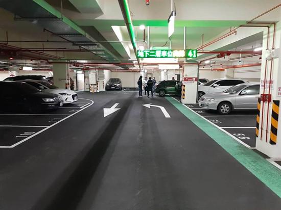 图为地下停车场警匪对峙(来源:台媒)