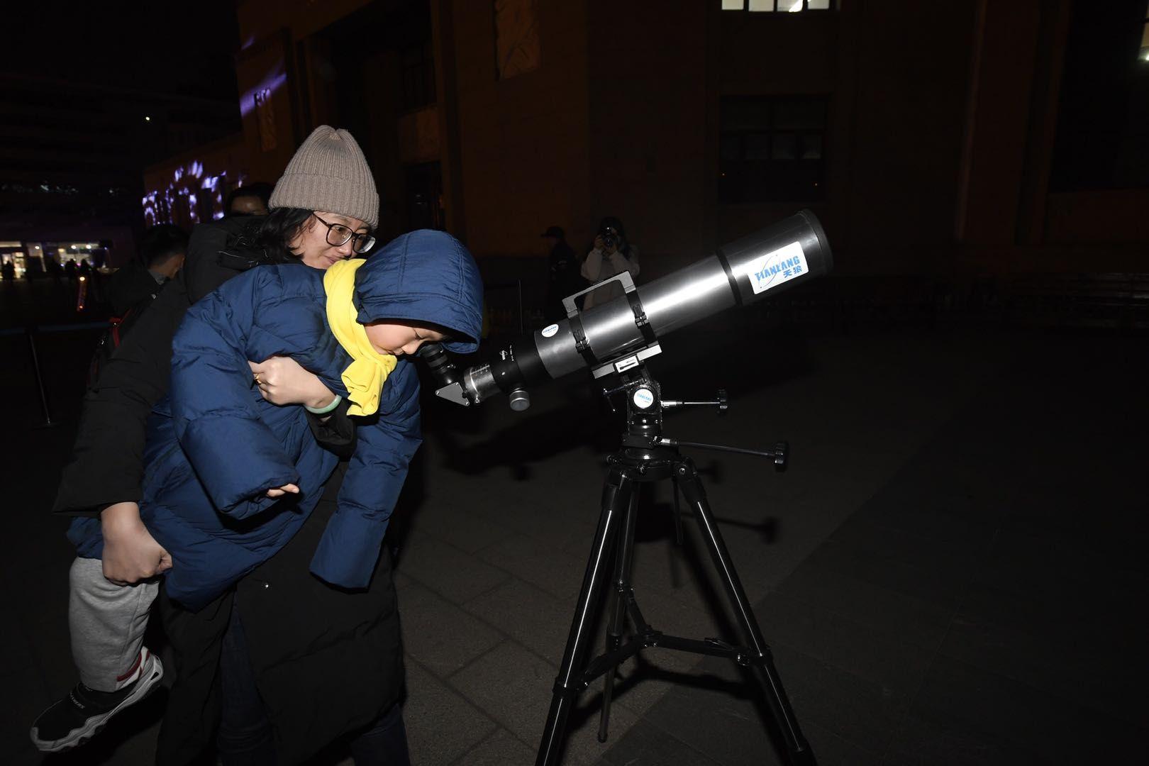 观测月球、天文拓印,北京天文馆举办新年活动图片