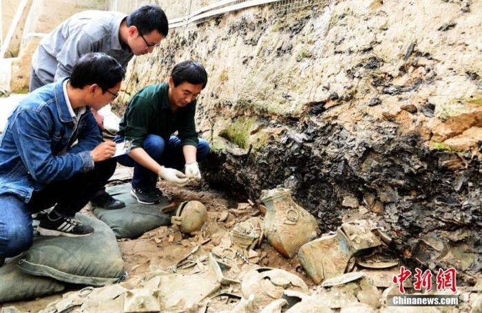 资料图:图为考昔人员清算墓葬。秦始天子陵博物院 供图