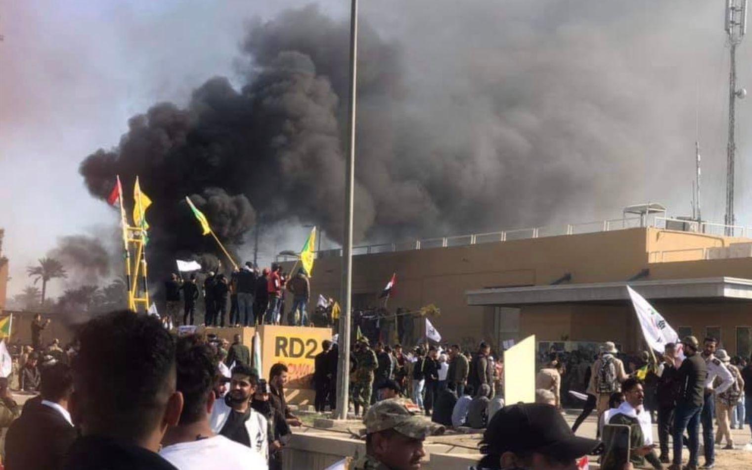 伊拉克示威者冲撞美国驻伊大使馆,抗议美军空袭