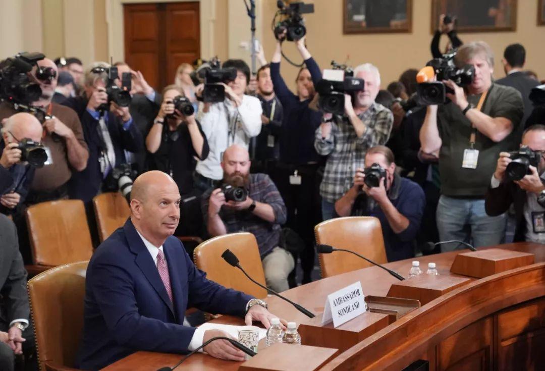 11月20日,在美国华盛顿,美国驻欧盟大使戈登·桑德兰(左)准备就针对总统特朗普的弹劾调查公开提供证词。新华社记者刘杰摄
