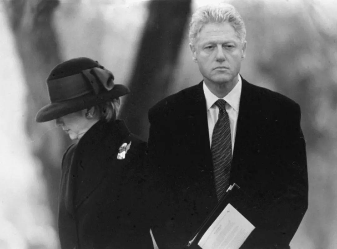这是1998年12月21日,克林顿(右)与夫人希拉里在弹劾条款通过的第三天首次公开露面。新华社发