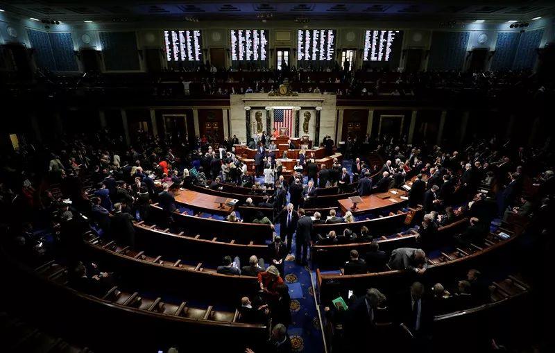 10月31日,在美国华盛顿,议员就针对总统特朗普的弹劾调查程序的决议案进行投票。新华社/路透
