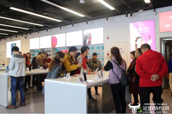 线上爆卖线下超火:京东电器超级体验店荣耀区引领手机焕新潮