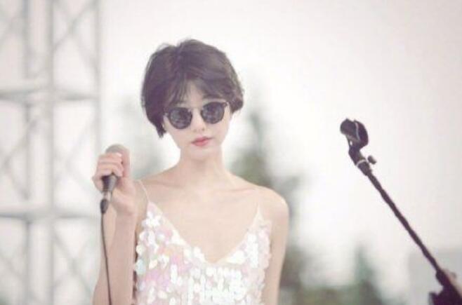 李亚鹏女友晒清新卖萌自拍照,被赞是气质美女
