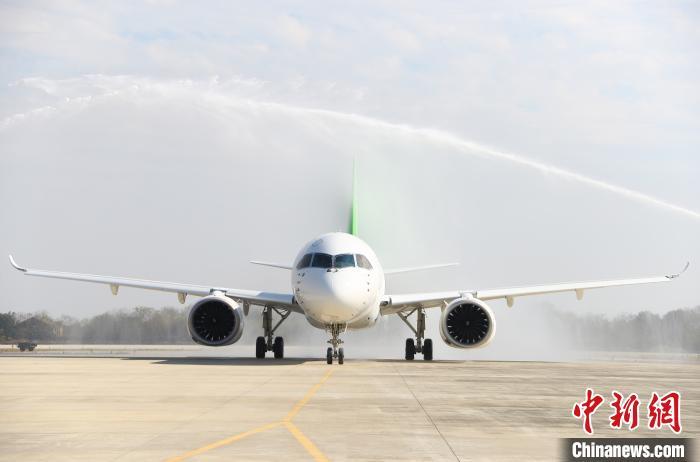 C919客机105架机首次完成空中远距离转场飞行(图)