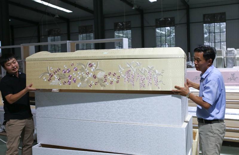 山东这个偏远县城 如何成为日本棺木市场主导者