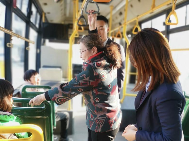 搭乘公交如何更安全?双手抓扶,不做低头族!这堂交通出行课来解惑