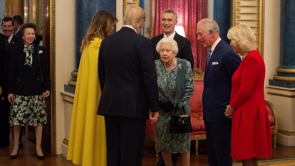 英女王示意女儿上前问候特朗普 公主耸了耸肩