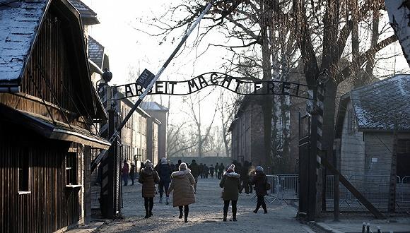 追随科尔直面德国最黑暗记忆,默克尔执政14年来首访奥斯维辛