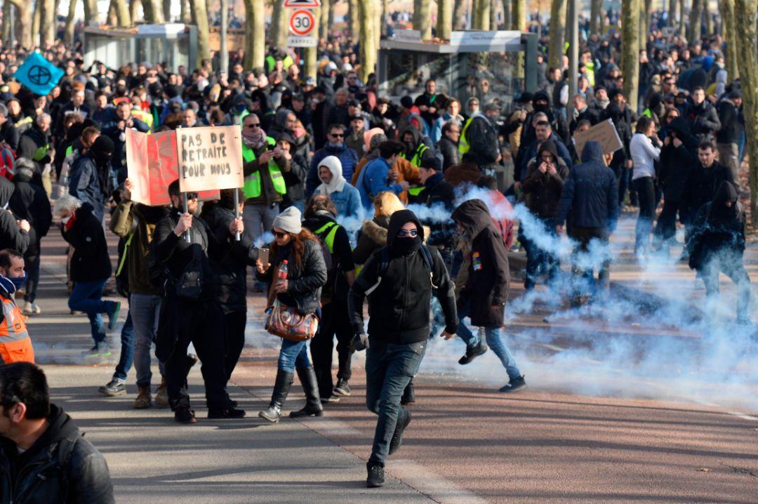 抗议养老金改革,法国掀起宇宙级