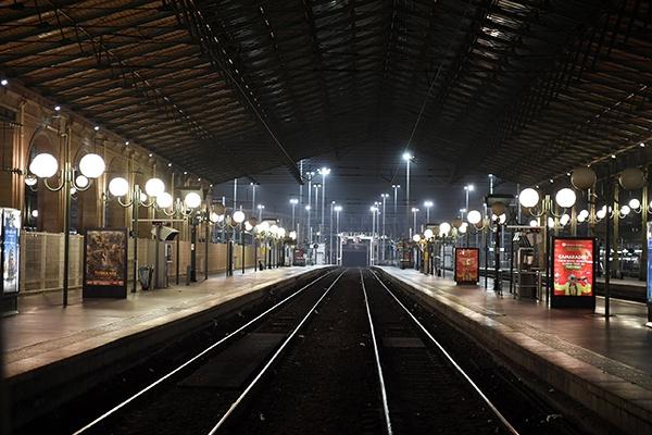 法国大规模罢工首日:火车站空荡荡,许多人骑车上班