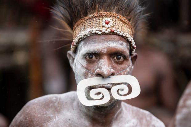 新几内亚食人族曝光,据传58年前,该部落吃掉了洛克菲勒继承人