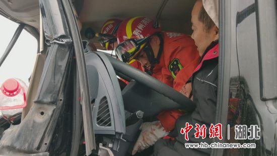 湖北荆州:物流车高速路追尾大挂车