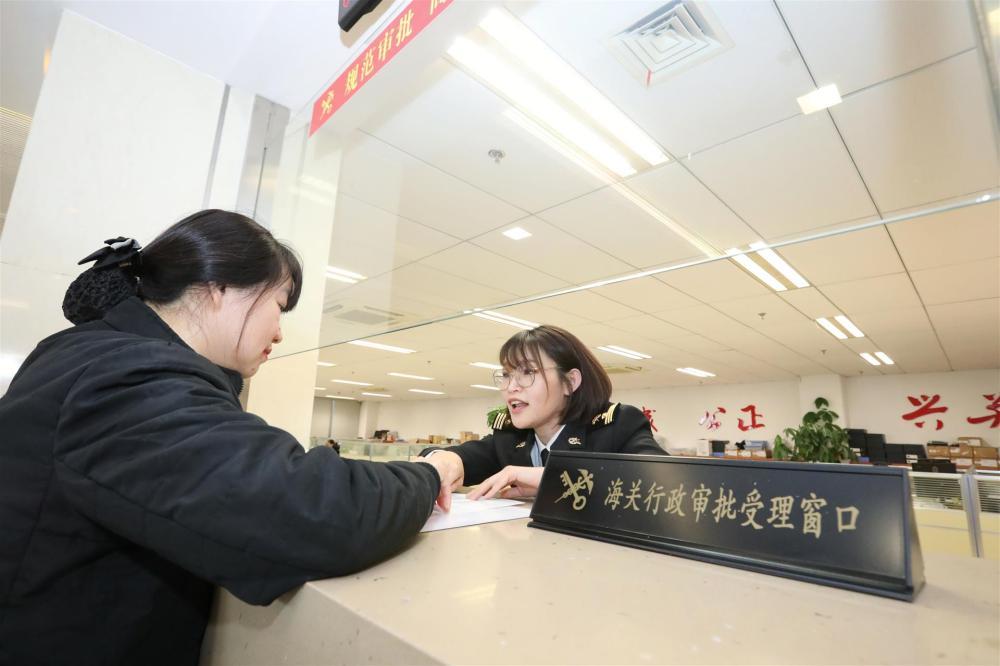在上海自贸区口岸公共场所办证不用等,海关说:你敢承诺,我就发证