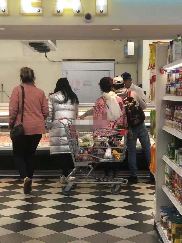 范冰冰彻底放飞自我?和妈妈购物被偶遇,脸变圆嘴里压根就没停过