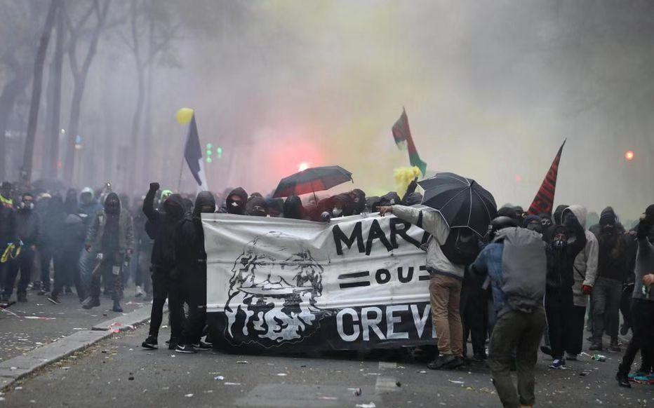 法国爆发跨行业大罢工:80多万人示威 交通大瘫痪