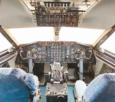 运10飞机驾驶舱。本报记者 张鹏禹摄