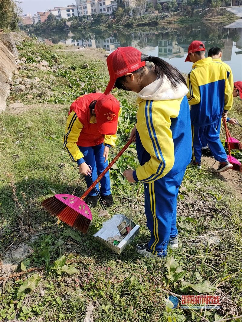 保护母亲河 武冈市实验中学红小帽来助力