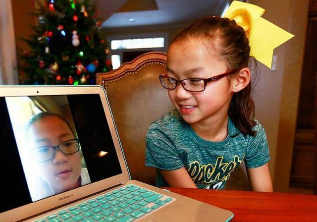 双胞胎10年前被分别收养,10年后一抱感动美国:有一种爱叫冥冥之中