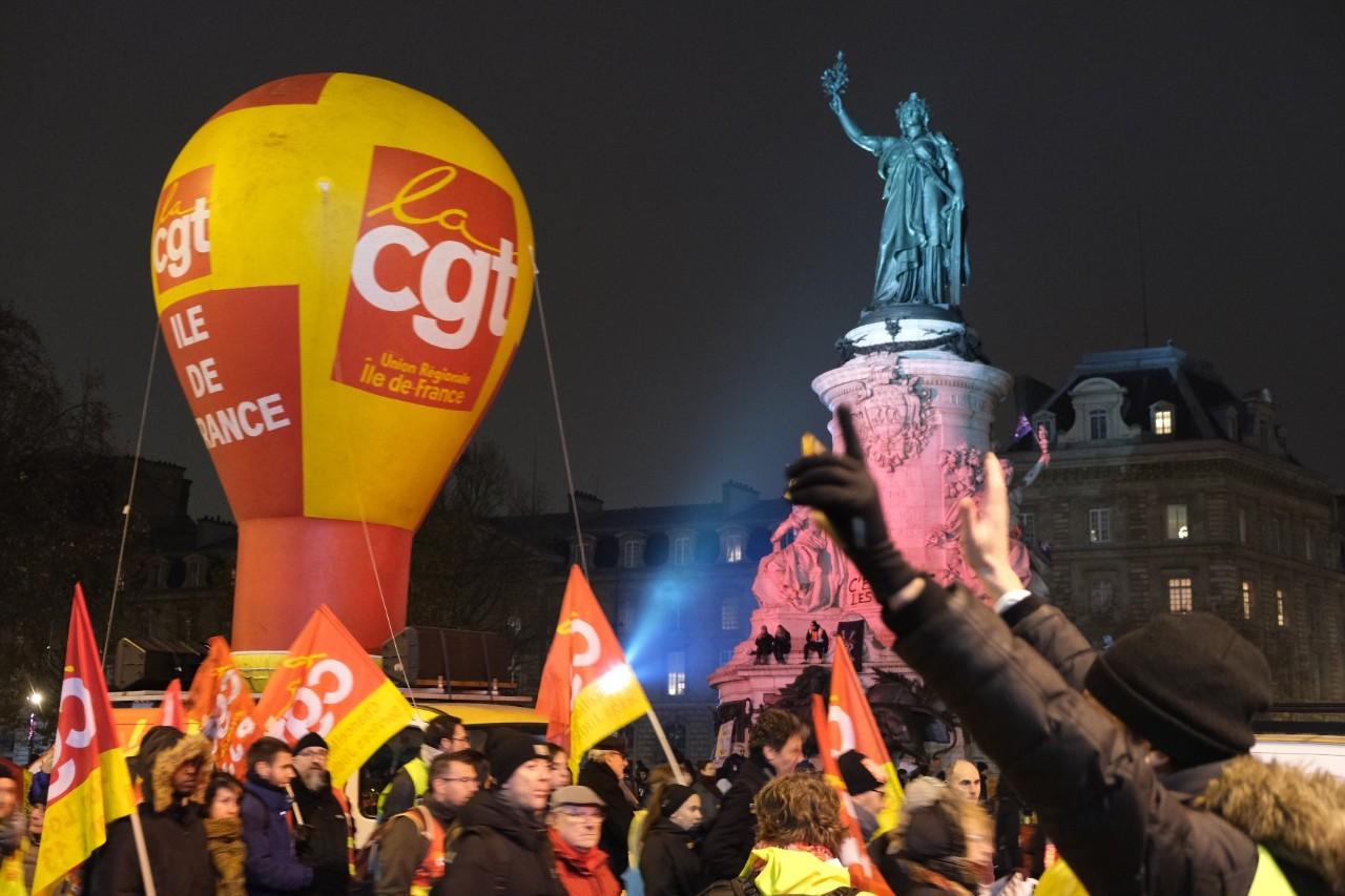 马克龙开始动既得利益者蛋糕,法国悬了?
