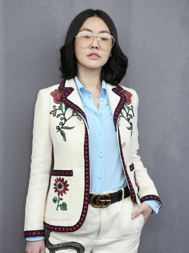 小S徐熙娣玩转复古风,穿刺绣西装套装亮相,中分复古卷发好时髦