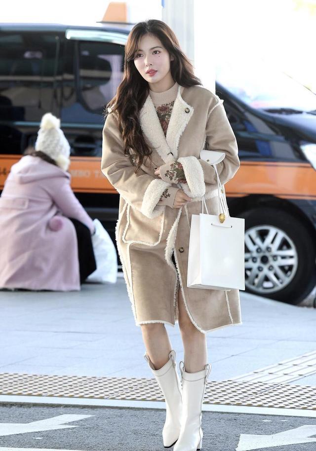 泫雅终于找对风格,穿卡其色羊羔毛大衣走机场,长卷发气质惊艳