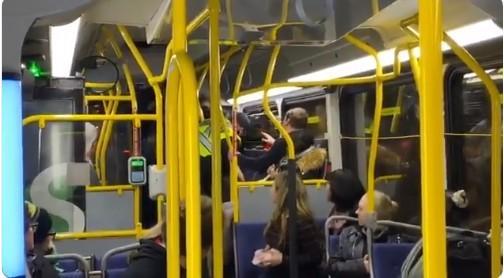 温哥华公交惊人一幕 竟然有人抢警察的枪