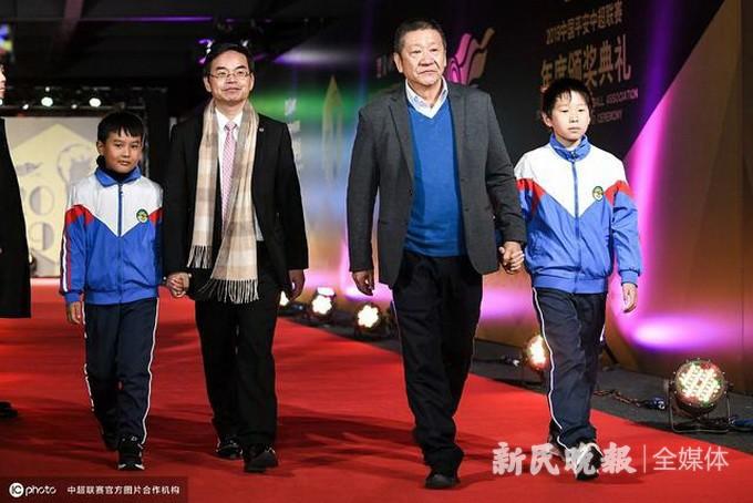 """中国平安为中超冠军球队颁发火神杯 首倡""""先赢自己""""青少年足球理念"""