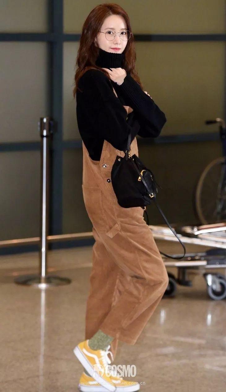 下周穿什么 | 允儿穿着灯芯绒背带裤赶飞机,年度最佳