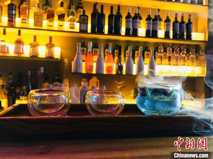 """""""90后""""女调酒师""""兰州情怀"""":"""