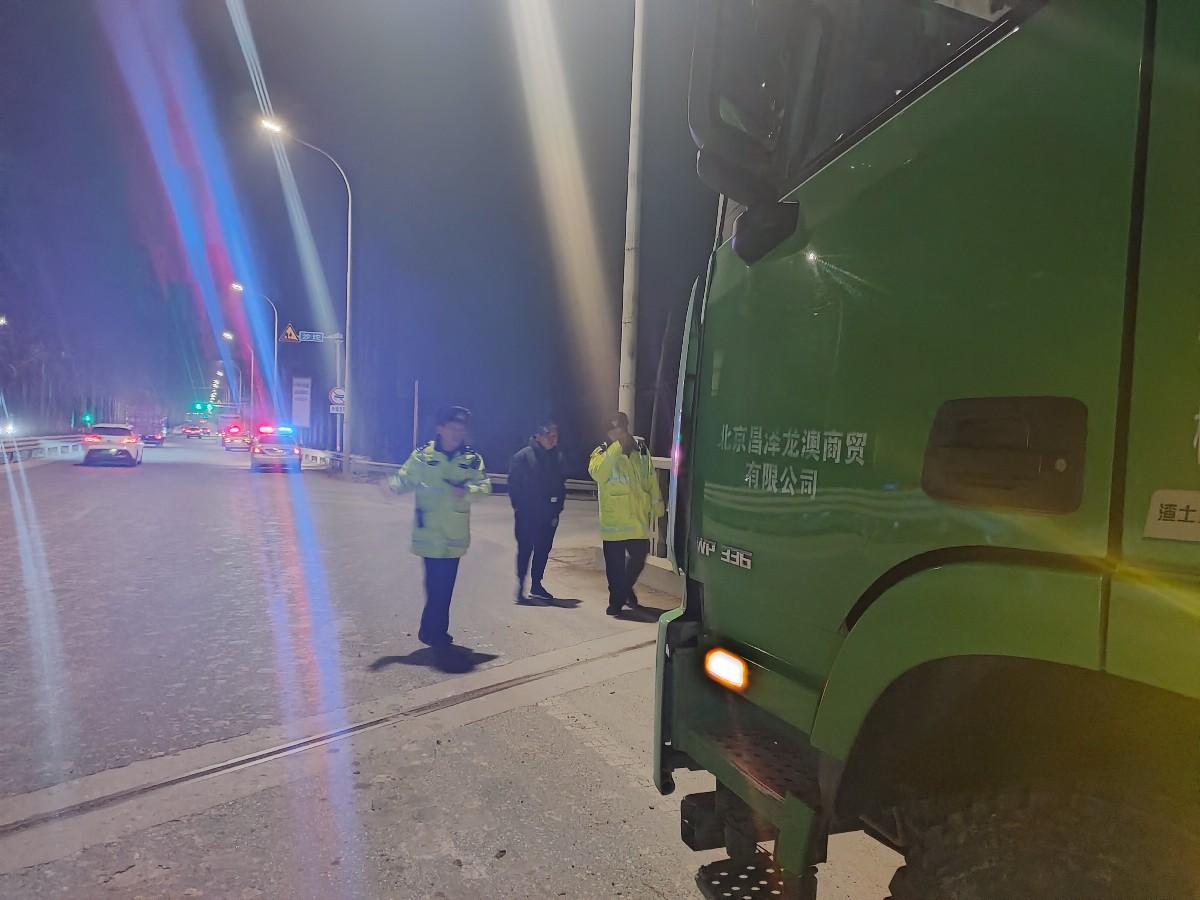 北京昌平交通支队夜查昌金路,74