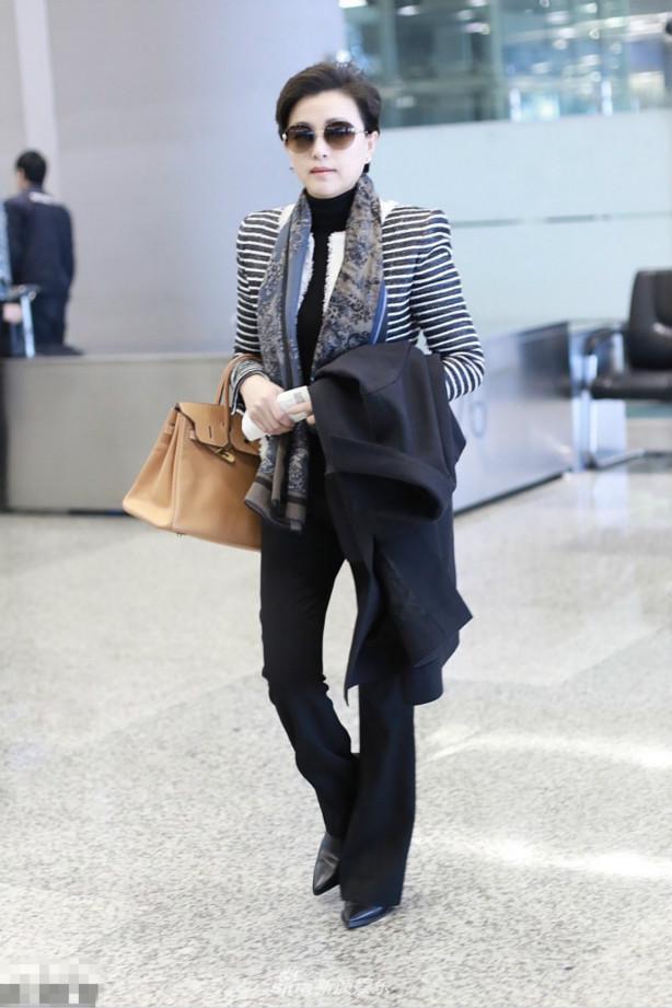 51岁杨澜出行衣着朴素身材出众,纤细修长的腿太迷人了