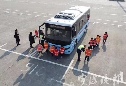 可怕!宁波19位小朋友站在公交车盲区内,司机竟一个都没看到!这6个盲区一定要告诉孩子!