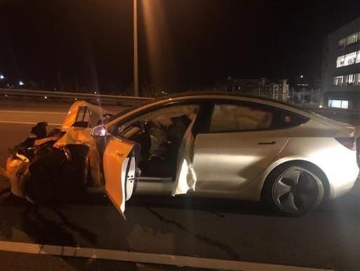 特斯拉Model 3自动驾驶失灵撞上警车 司机竟在撸狗