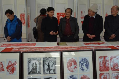 小学老师应邀到大学举办剪纸艺术展
