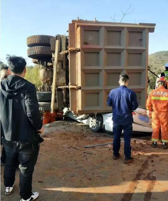 痛心!云南文山重货车侧翻压两车,7人遇难!救援视频曝光