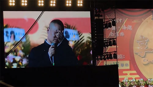 """岳云鹏专场遭主办方要求""""10秒内结束"""" 他扔话筒哭着下台"""