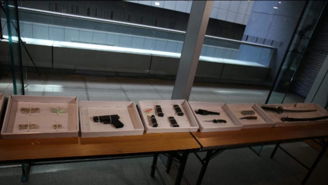 """警方昨日行动中检获的枪支弹药,与""""速龙小队""""所用一致。"""