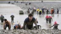 国外奇葩泥浆比赛,选手泥浆摸爬滚打,裤子都被拽掉了