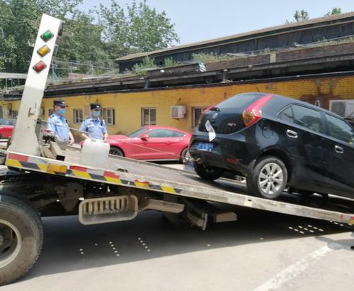 海淀法院执行法官果断出动连扣两车