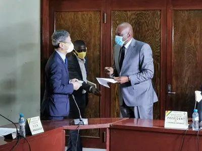 摩天注册:几内亚大使会见摩天注册几国图片