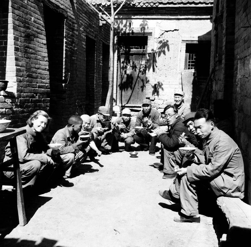 △1948年,伊莎白(左一)在十里店举行社会观察