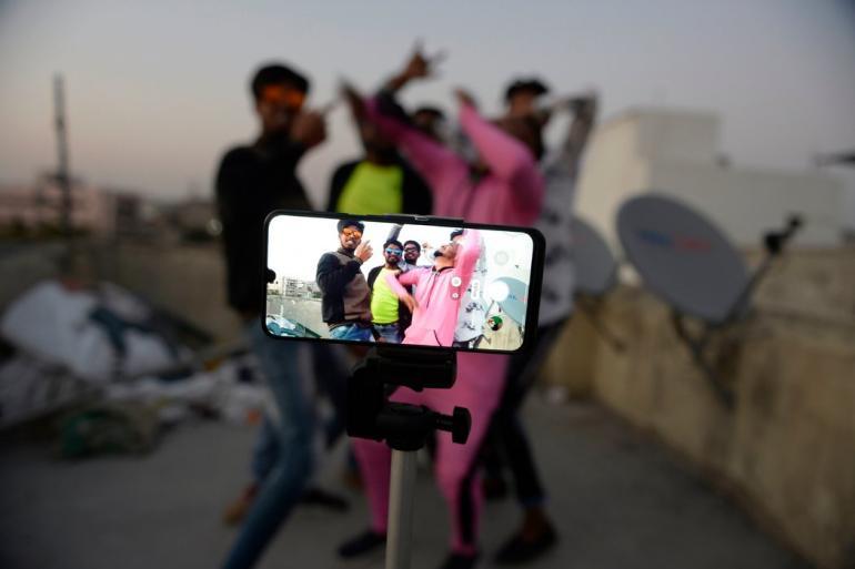 △2月,印度海得拉巴,本地人在利用TikTok录制短视频 泉源:《纽约时报》