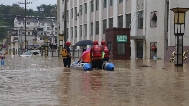 安徽歙县:群众就医遭洪水阻断道路 消防员开船接送图片
