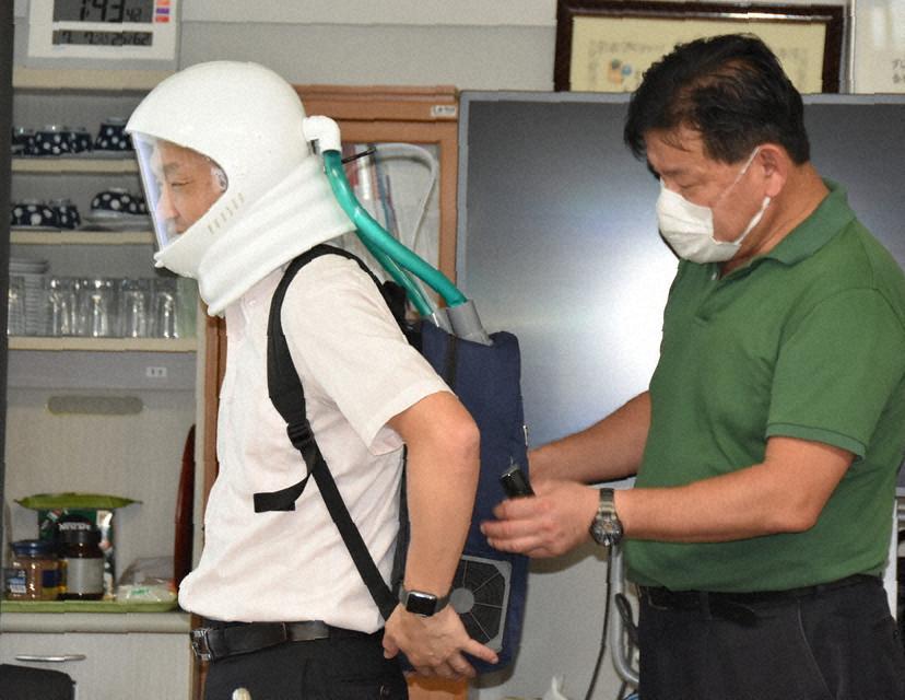 群马大学教授桥本诚司(左)和藤井雄作展示新口罩(每日新闻)