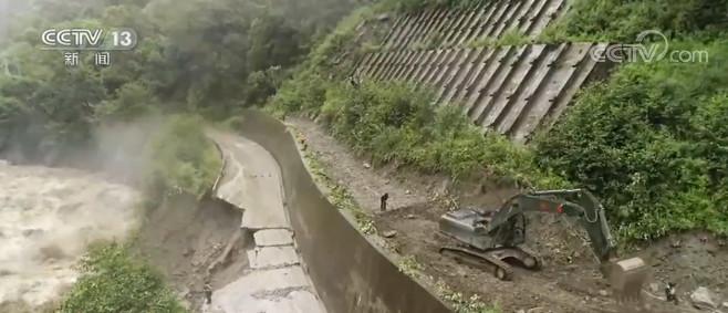 杏悦小时3杏悦18国道路基垮塌路段图片