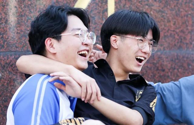 7月8日,在吉林省长春市第八中学考点门口,考生庆祝高考结束。新华社发(颜麟蕴摄)
