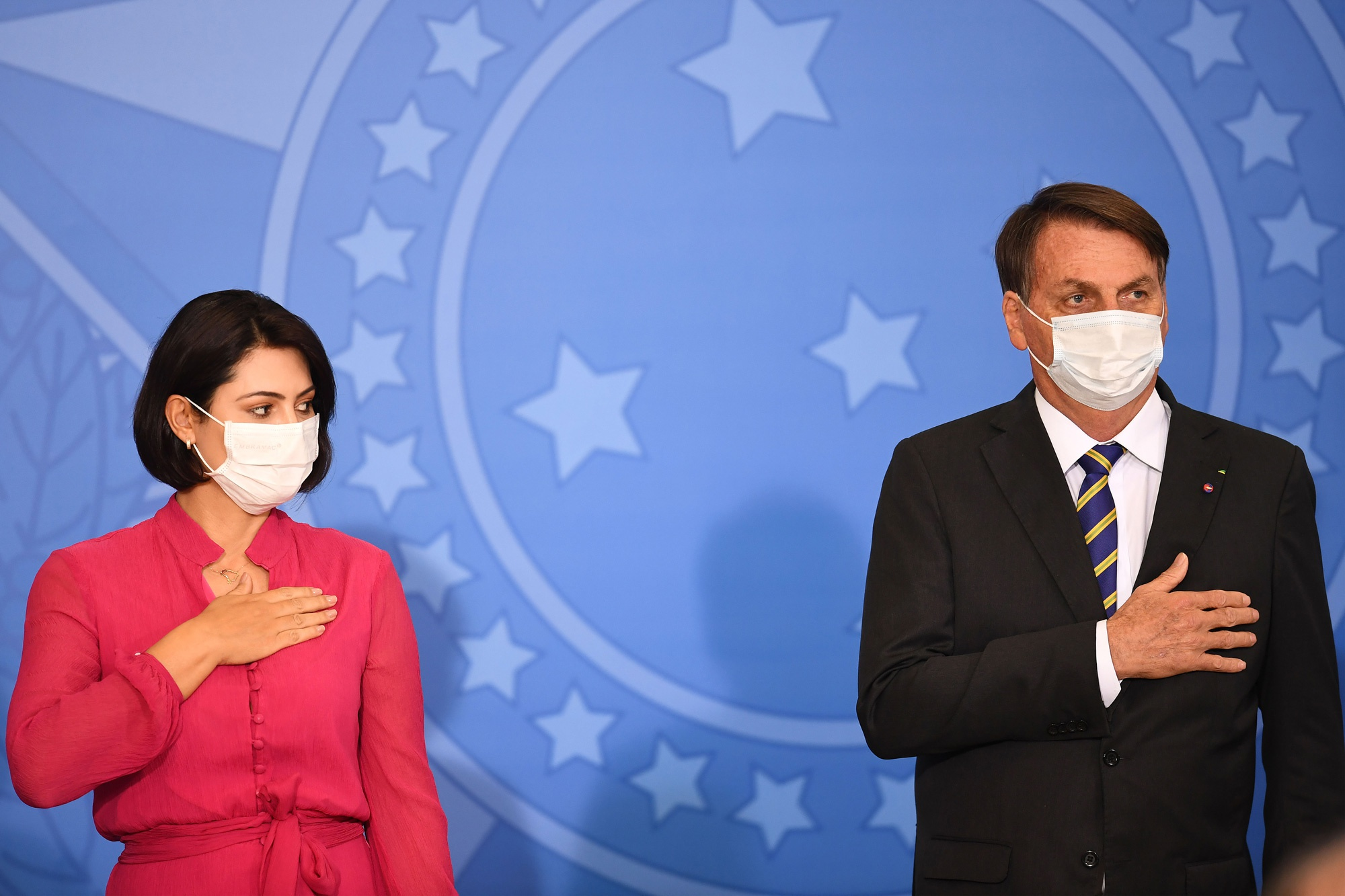 7月29日,巴西总统夫妇戴口罩出席活动。(法新社)